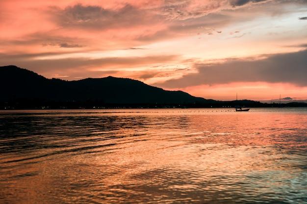 Belo pôr do sol na praia, ilha de samui, tailândia