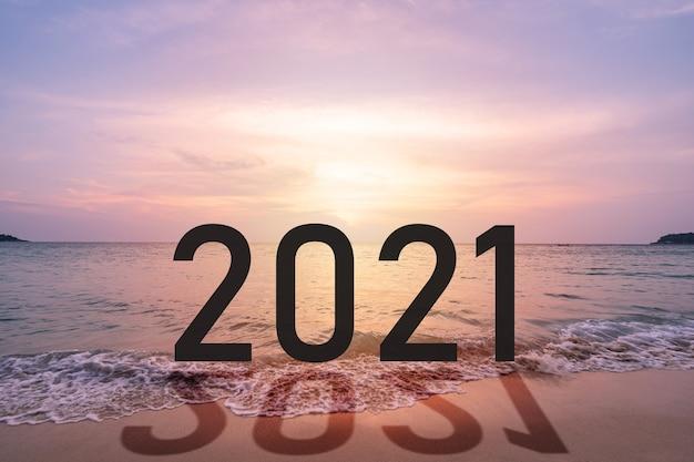 Belo pôr do sol na praia tropical no verão com o conceito de ano novo