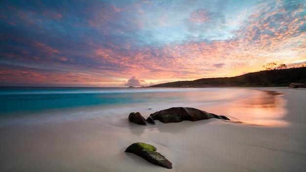 Belo pôr do sol na praia tropical