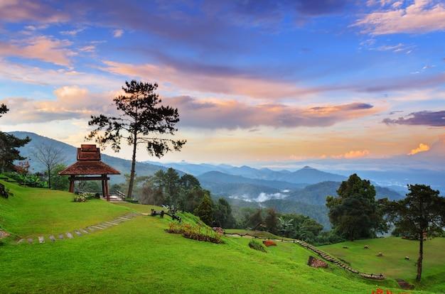 Belo pôr do sol nas altas montanhas do parque nacional huai nam dang, na província de chiang mai, na tailândia