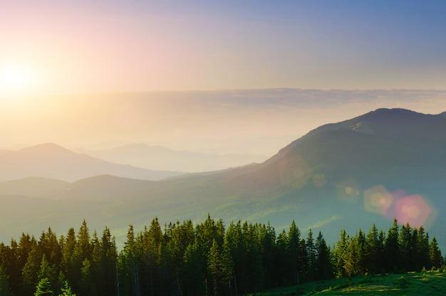 Belo pôr do sol nas montanhas dos cárpatos