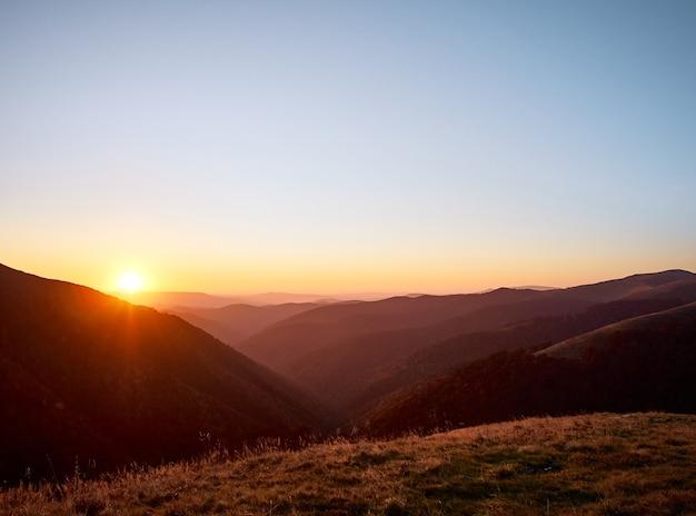 Belo pôr do sol nas montanhas.