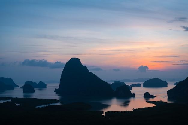 Belo pôr do sol no horizonte com vista da costa e das montanhas