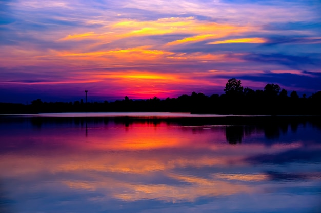 Belo pôr do sol no lago.