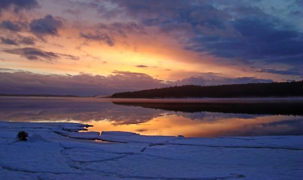 Belo pôr do sol no mar branco da carélia