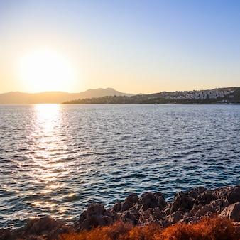 Belo pôr do sol no mar mediterrâneo com ilhas e montanhas