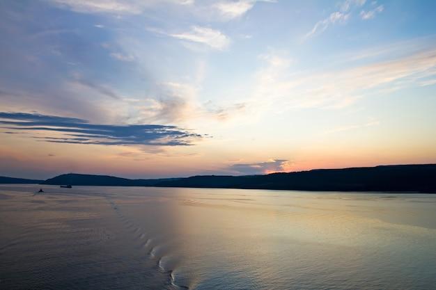 Belo pôr do sol no mar mediterrâneo