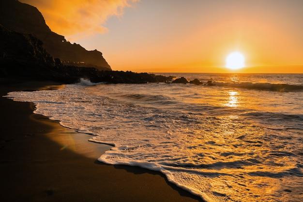 Belo pôr do sol no oceano atlântico, na ilha de tenerife. espanha.