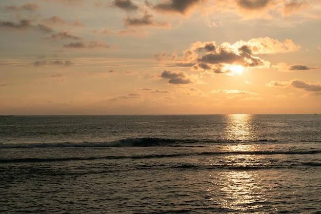 Belo pôr do sol no oceano