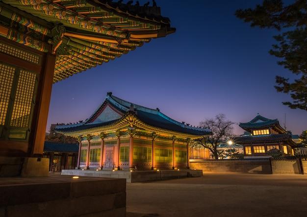 Belo pôr do sol no palácio coreano. imagem de longa exposição à noite