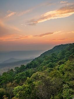 Belo pôr do sol no penhasco de yeabmek no parque nacional da montanha de phu kradueng, na cidade de loei, tailândia.