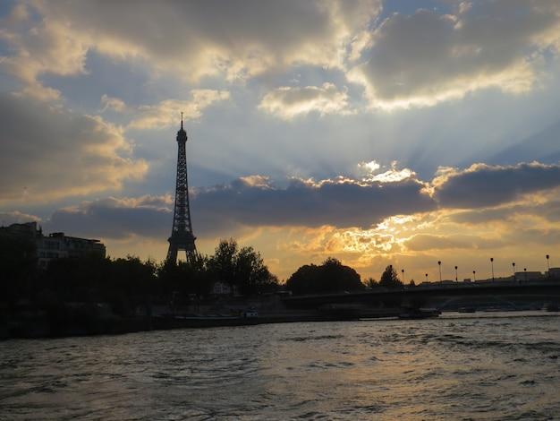 Belo pôr do sol no rio sena em paris