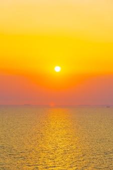 Belo pôr do sol ou nascer do sol em torno da baía do mar oceano com nuvens no céu