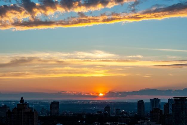 Belo pôr do sol sobre a cidade no verão de 2021