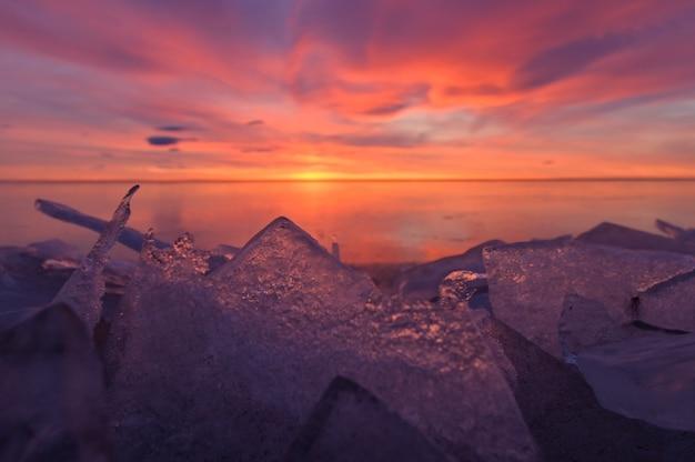 Belo pôr do sol sobre a famosa praia de diamante, bloco de gelo na praia de areia preta da islândia. jokursarlon, diamond beach, islândia