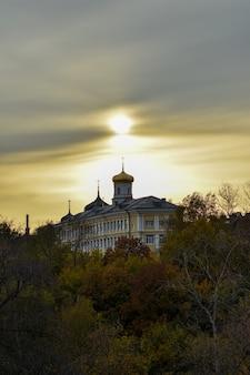 Belo pôr do sol sobre a igreja ortodoxa