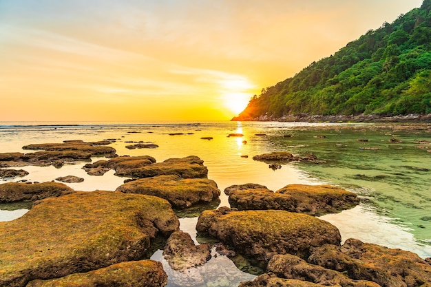 Belo pôr do sol sobre a montanha ao redor da praia, mar, oceano e rocha