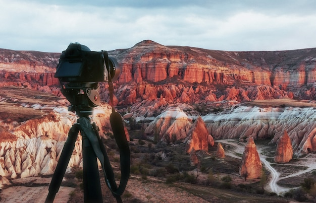 Belo pôr do sol sobre o canyon na capadócia
