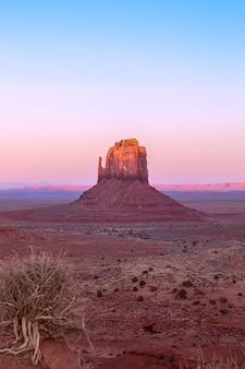 Belo pôr do sol sobre o famoso butte of monument valley, na fronteira entre o arizona e utah, eua