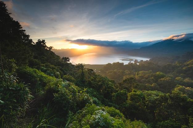 Belo pôr do sol sobre o lago buyan bali na indonésia