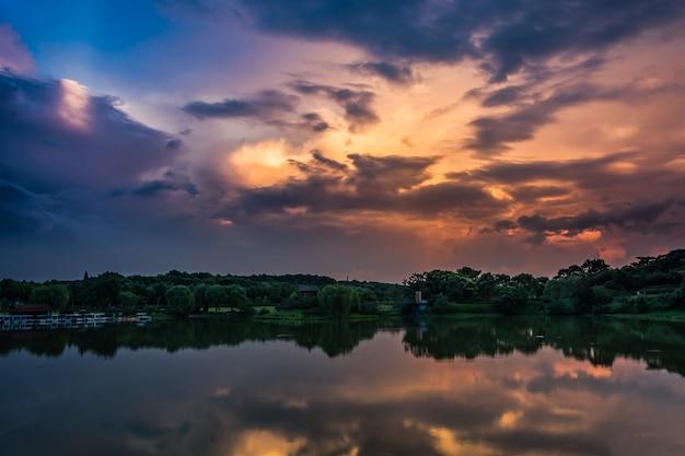 Belo pôr do sol sobre o lago da floresta