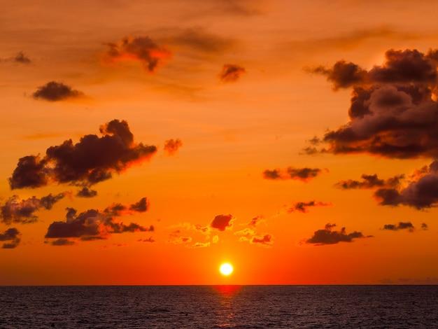 Belo pôr do sol sobre o mar. enredo dramático.