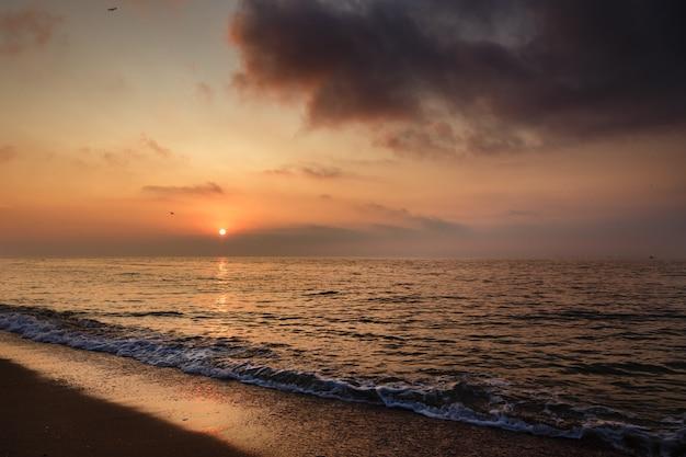 Belo pôr do sol sobre o mar.