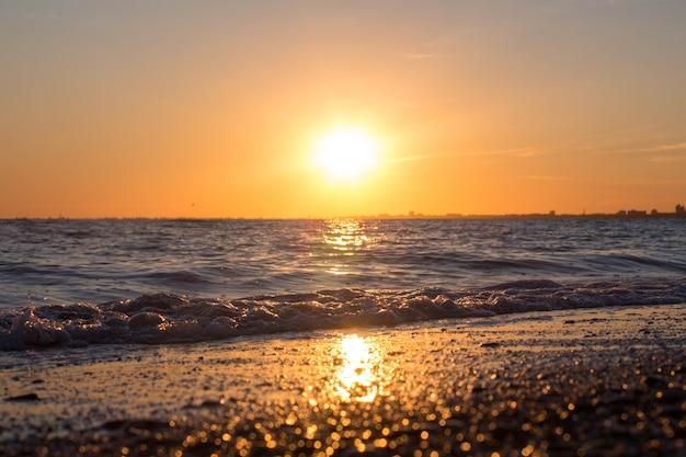 Belo pôr do sol sobre o mar