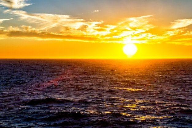 Belo pôr do sol sobre o oceano