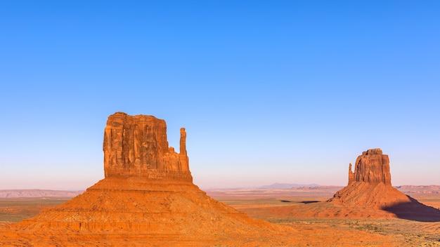 Belo pôr do sol sobre os famosos montes de monument valley, na fronteira entre o arizona e utah, eua