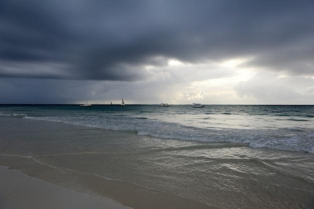 Belo pôr do sol tropical no oceano índico
