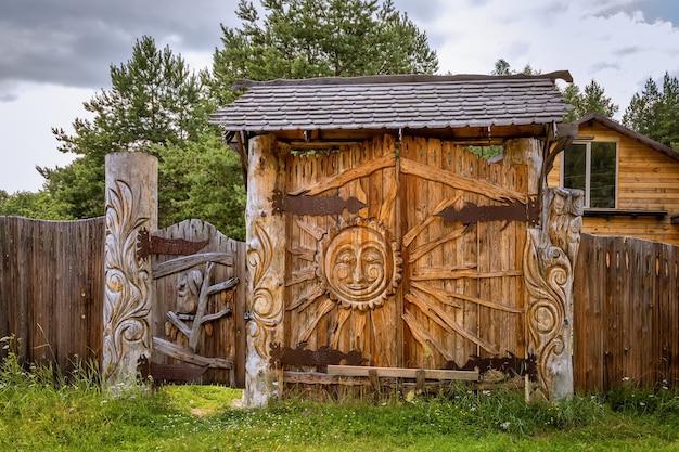 Belo portão de madeira entalhada em uma vila russa