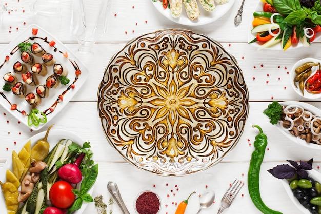 Belo prato étnico no centro da comida, vazio, plano