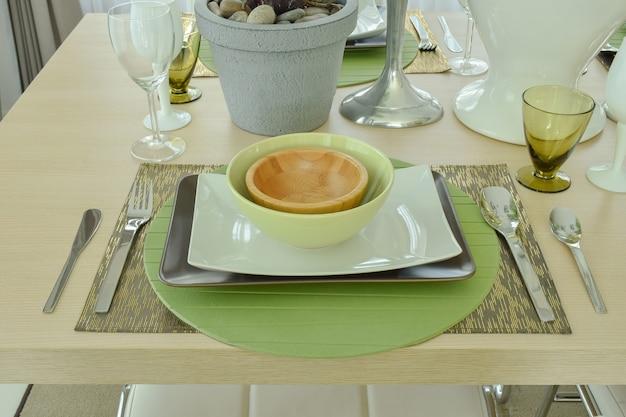 Belo prato vazio configuração na mesa de jantar de madeira