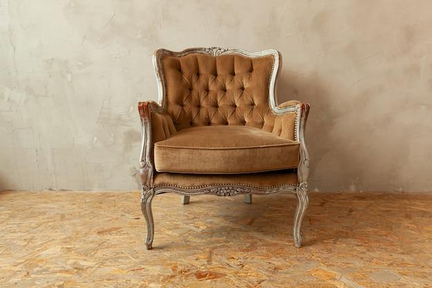 Belo quarto clássico luxuoso e limpo biege em estilo grunge com poltrona barroca marrom