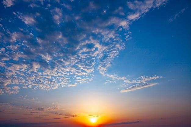 Belo raio de sol na natureza. sol dourado ao nascer do sol