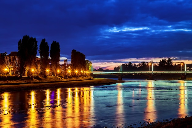 Belo reflexo de lanternas no rio na cidade uzgorod ucrânia.