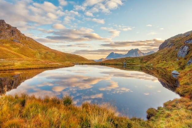 Belo reflexo do lago com montanhas na noruega no outono