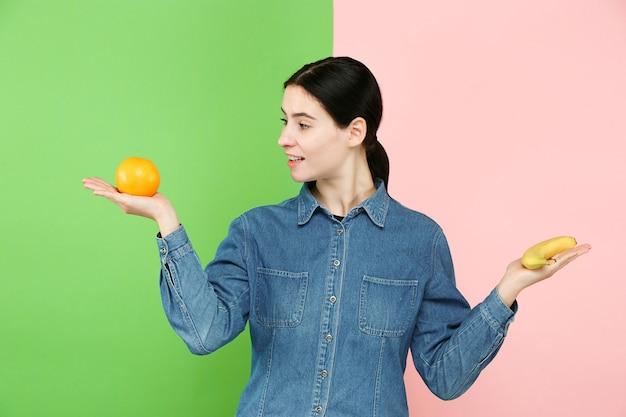 Belo retrato de close-up de jovem com frutas. conceito de comida saudável. cuidados com a pele e beleza. vitaminas e minerais.