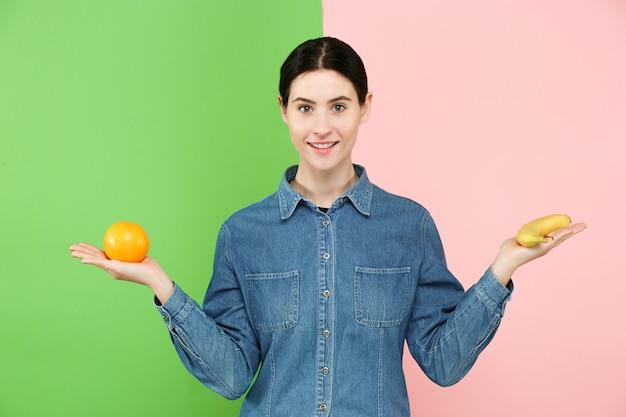 Belo retrato de close-up de jovem com frutas. conceito de comida saudável.