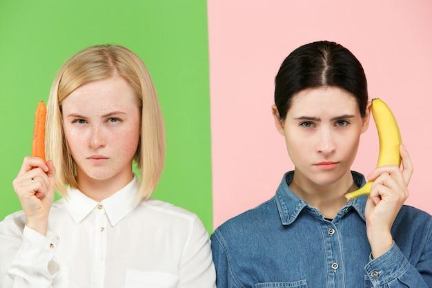 Belo retrato de close-up de jovens mulheres com frutas e legumes. conceito de comida saudável.