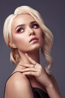 Belo retrato de loira com penteado e maquiagem