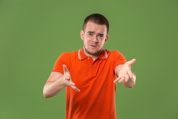 Belo retrato de meio comprimento masculino isolado na parede verde