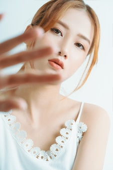 Belo retrato de menina asiática, isolado no fundo branco
