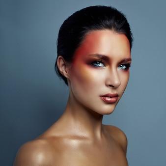 Belo retrato de mulher com maquiagem brilhante vermelha