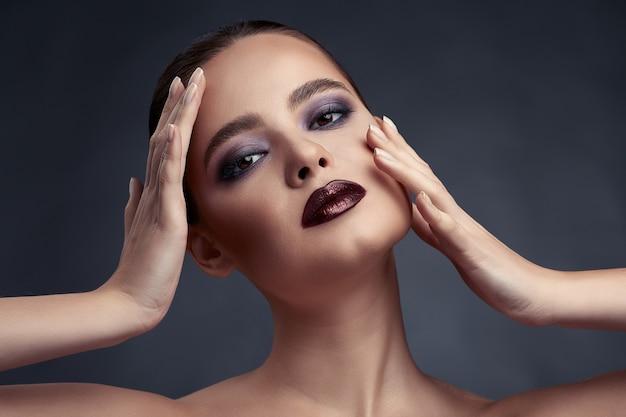 Belo retrato de mulher com maquiagem de olhos esfumados