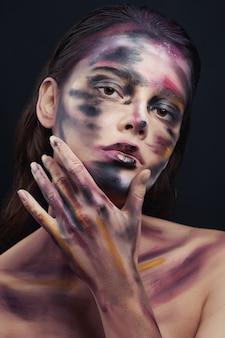 Belo retrato de mulher com pintura de desenho no rosto e no corpo
