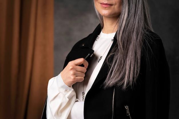 Belo retrato de mulher idosa vestindo jaqueta preta close-up