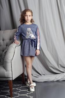 Belo retrato de uma menina criança em casa