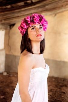 Belo retrato de uma mulher madura com headband de moda